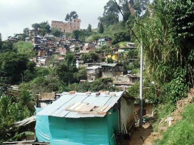 メデジンにある国内避難民居住区。200人以上が暮らす