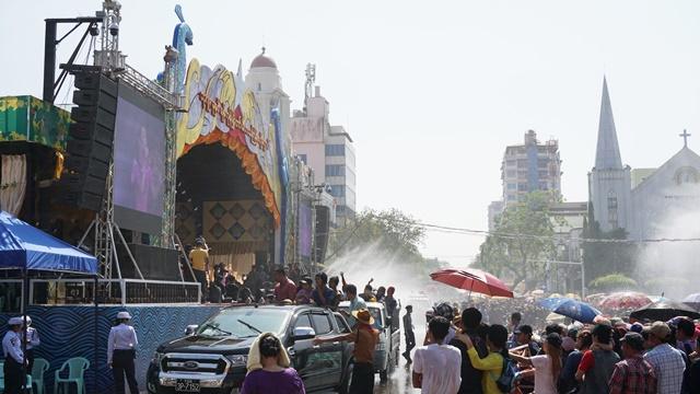 すわじゅんこさんら人気歌手が次々に登壇した特設ステージ(ミャンマー・ヤンゴンの中心部)