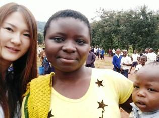 タンザニアを訪問したララアース(Lapis Lazuli Earth)の小笠原絢子さん(左)。年内には、バース・フィスチュラの専門病院があるエチオピア・アジスアベバを訪問する予定だ