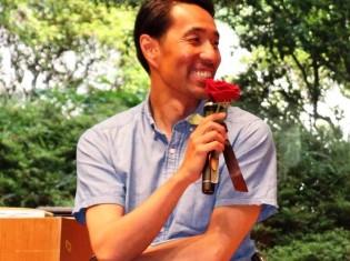 都内で開催された「エシカルフェスタ」でパタゴニア日本支社の辻井隆行支社長。マイクに付いているバラはフェアトレードのもの