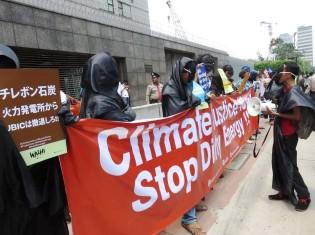 在ジャカルタ日本大使館前で、チレボン石炭火力発電所2号機建設プロジェクトへ融資しないよう日本政府に求める現地住民とNGO(2016年11月、FoE Japan撮影)
