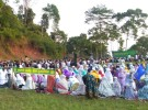 メッカの方向を向いてそろって礼拝するイスラム教徒たち(インドネシア西ジャワ州マルガマカール村)。男性は前方、女性は後方と、礼拝するスペースが分かれる
