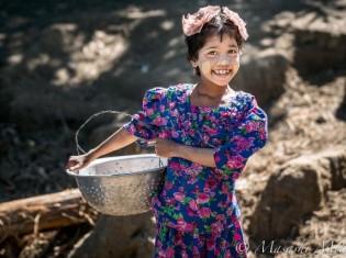 写真の少女は、ミャンマーに住むロヒンギャ。まだあどけない笑顔が印象的だ(三井昌志氏撮影)