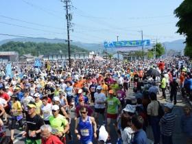 49万5040円の募金を集めた2016年「越前大野名水マラソン」の様子