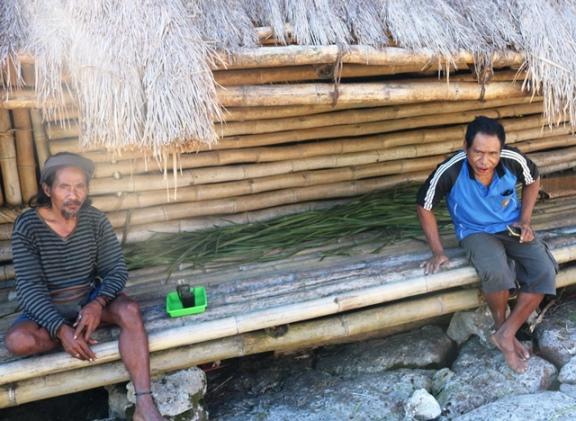 スンバ島西部のマノラ村に住むルディさん(右)。現在は、スンバの伝統的な建築様式をPRする活動をする。6月には、スンバ島から1500キロメートル以上離れた中部ジャワ州ジョグジャカルタに出張した