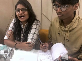 写真左からプラシャンティさん、通訳のルシケシュさん(インド・プネー市内のカフェで撮影)