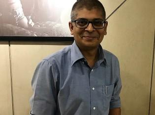 日本企業をメインの顧客とするインドのシステム開発会社SHIMBI LABSのデシュムク シッダールタ最高経営責任者(CEO)。フリーランスのエンジニアとして働いていた経歴ももつ(インド・プネーで撮影)