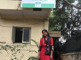 MASHALのオフィスがある建物の前で微笑むビディヤさん(インド・プネーで撮影)