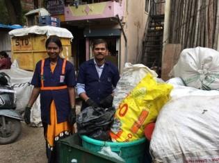 インド・プネーのスラムでごみを分別回収するパンドゥランさん(右)と妻のマヤさん