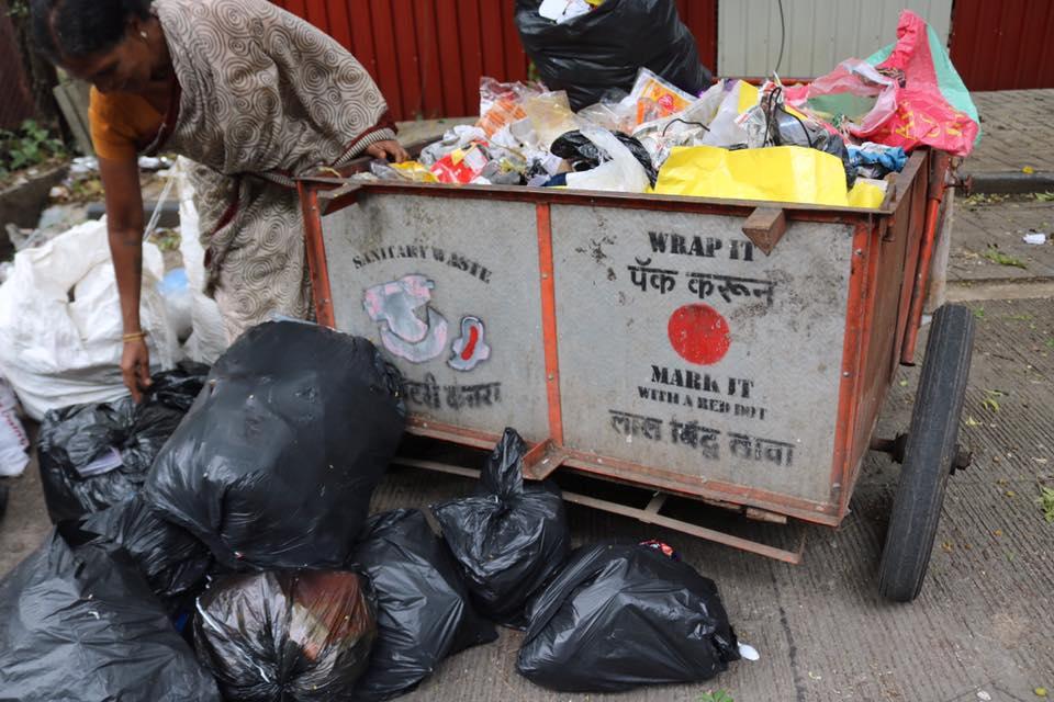 プネー市の路上にあるごみ収集カートの中には、むき出しになった使用済み生理用ナプキンがあった。ウェストピッカーは素手でごみを分別していた