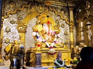 ダグダッシェス寺院の内部。黄金に輝くこのガネーシャ(写真の真ん中)はダグダッシェススタイルと呼ばれる(インド・プネー)
