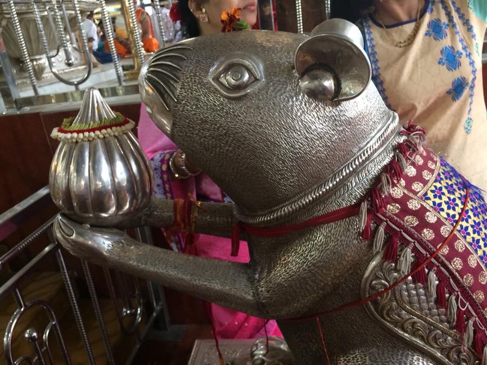 ダグダッシェス寺院にはガネーシャが乗るネズミの銀像もある。願いごとを耳元でささやくと叶うといわれる(インド・プネー)