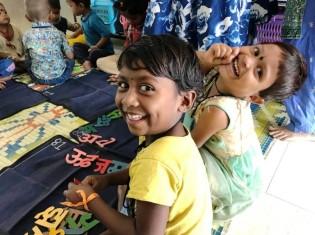 インド・プネーのドアステップスクールで楽しそうに授業を受ける子どもたち。運営資金を集めるのがロヒットさんの仕事だ
