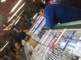 カンボジア・シェムリアップのプサ・ルー(ルー市場)にあるアクセサリー売り場