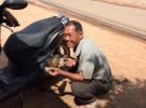 クールに見えるキウ・コンさん。カメラを向けると、チャーミングな笑顔を見せてくれた(カンボジア・シェムリアップで撮影)