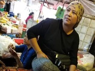 シェムリアップのプサ・ルー(ルー市場)で牛肉を売るイスラム教徒の女性。イスラム教徒はカンボジア人口の4%しかいないが、牛肉売り場のほとんどをイスラム教徒が占める