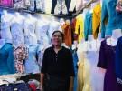 カンボジア・シェムリアップにある「プサー・ルー(ルー市場)」で既製服店を営むキム・ヘアンさん。下着から伝統衣装までさまざまな服が並ぶ店内は華やかだ