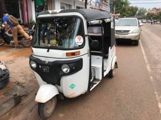 カンボジア・シェムリアップの市内で客の帰りを待つパスアップ。白くて丸みを帯びたフォルムはトゥクトゥクよりも小さくて小回りが利く