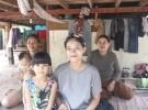 カンボジア・シェムリアップの郊外でローさんが家族と暮らす高床式の家の1階。近所に住む親せきが、兄夫婦の子どもの面倒をみる。日本と比べ、子育てと仕事は両立しやすい