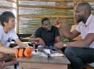 ンタビューに応じるベナン人活動家のウメル氏(写真右)。身振り手振りを交えながら熱く語る。ベナン最大の都市コトヌーのカフェで撮影