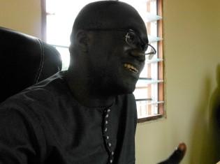 アフリカが脱フランスする道筋について熱く語るベナン人実業家のゾマホン・スールレレ氏。山形大学に留学し、その後、日立製作所で働いていたこともあって日本語は流ちょうだ(ベナン・コトヌーで撮影)