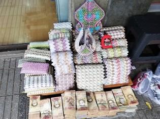"""ベネズエラ難民のヘスス・コリーナさんがベネズエラ・ボリバル札で作った小物の数々といまや""""商品""""と化した札束(コロンビア・ククタで撮影)"""