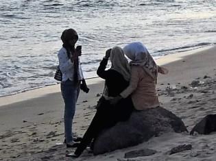 バンダアチェ郊外のランプウ海岸で写真を撮りあうアチェの女性たち。 ここでも流行りはインスタ映え?