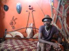家具職人のマラクさん。自宅兼アトリエ事務所で撮影(ベナン・コトヌー)
