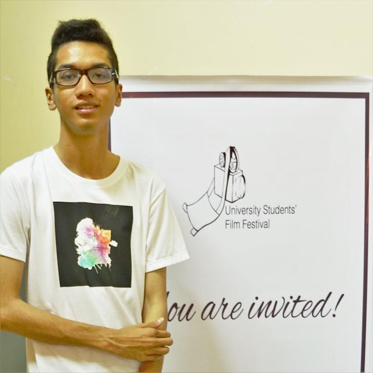 学生映画祭オリジナルのシャツを身に着けたピャソンウーさん(ミャンマー・ヤンゴン)