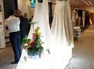 写真のミャンマーシルクを使った白いドレスや帯は、渋谷ザニーさんがデザインしたもの。「どの国でも認められるデザインにすれば、ミャンマーシルクの価値は高められる」と渋谷さんは言う