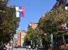 ミトロヴィツァのセルビア系住民の居住地域(イバル川の北側)のメインストリートにずらりと並ぶセルビアの国旗(コソボ・ミトロヴィツァで撮影)