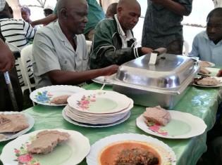 葬式では豪華な食事が振る舞われる。故人の家族は、筆者が参列した葬式ではウシ1頭、ヤギ3匹を絞め、およそ350人をもてなした