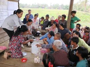 日本国際ボランティアセンターがカンボジア・シェムリアップ州の農村で提供する食品加工研修で、 熱心に学ぶ女性たち(提供:日本国際ボランティアセンター)