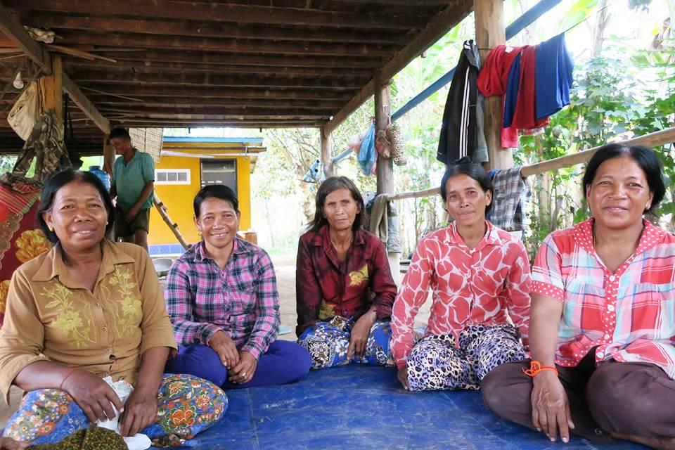 加工食品を販売していた女性グループの一部のメンバー。一番右の女性がコッサンさん。会計を担当していた。今は日本国際ボランティアセンターがさまざまな村で実施する食品加工研修の講師も務める(提供:日本国際ボランティアセンター)