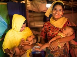 バングラデシュ・コックスバザール県のロヒンギャ難民キャンプでピースウィンズ・ジャパンが経営するクリニックで出産したロヒンギャ女性たち(©Peace Winds Japan)