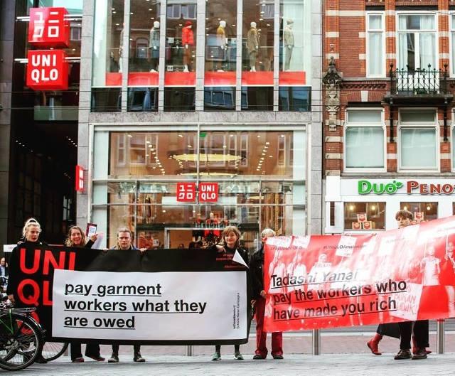 オランダの首都アムステルダムで9月28日にオープンした欧州最大級のユニクロ店舗。CCCのメンバーらは店の前で、ジャバ・ガーミンドの元従業員へ退職金を支払うよう抗議した