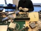 ピープルポートのオフィスで小型電子機器をていねいに解体する西アフリカ出身の難民申請者の社員(ピープルポート提供)