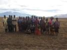 奪われた土地に立つモザンビークの農民ら。すでに大豆が植えられているという(写真提供:JVC)