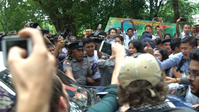 裁判所を去るトラックの前に立ちふさがるジャーナリストら(9月3日、撮影:茂野新太)