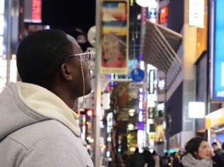 ウガンダ難民のムテゲキさん(東京・新宿で撮影)。妻や子どもと離れ、東京で一人暮らしする