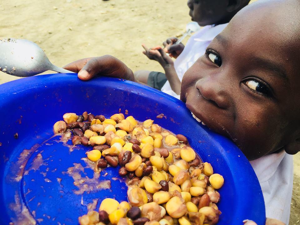 給食に出るのは、学校菜園で収穫した食材などを使った、茹でたとうもろこしや大豆、甘いおかゆのようなものなど。家庭では用意しづらい温かいものが多い(写真提供:NPO法人テーブルフォーツー)