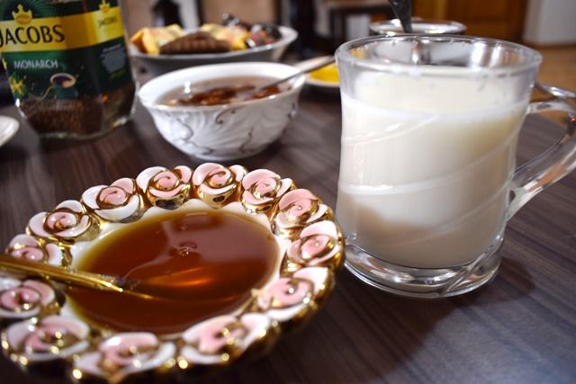 ホットミルクと、一緒に添えられた自家製の蜂蜜。相性は抜群