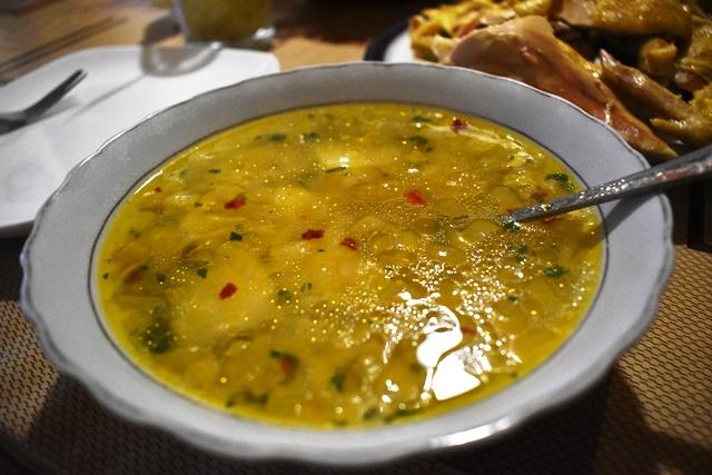 ブリオニ。煮てだしを取った鶏肉とスープは別々の皿で出される