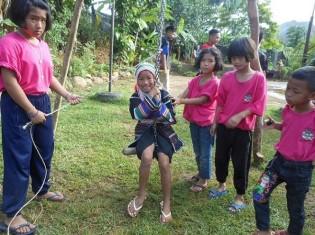 ブランコで遊ぶアカ族の子どもたち(タイ・チェンライ県で撮影)