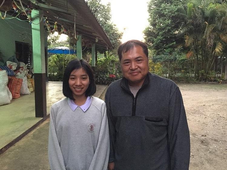 アリヤさん(右)とアカ族の少女(左)