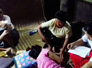 自宅出産するミャンマー人女性(ネピドー・タッコン地区)。陣痛が始まったと電話が入り、志田さんは妊婦の自宅に駆けつけた。窓も電気もベッドもない家が見る見るうちに分娩室に。女性は多くの人に見守られながら出産した。自宅出産の良さが垣間見えたという