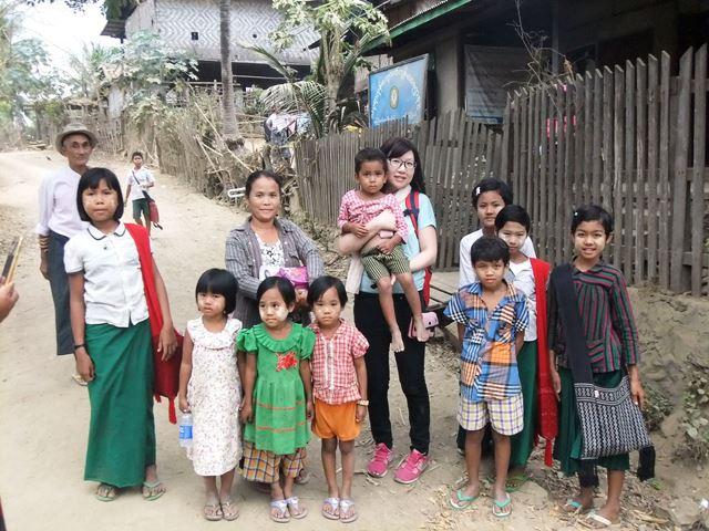 ネピドー・タッコン地区の女性たちが望む出産環境を整えたいと話す志田さん(中央)。訪問すると、「普段はこんなに食べてないんじゃないかな」と思うほど、ごちそうを振舞ってもらうという