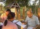 ラオス南部の街サワナケットで、調査員が集めた質問票に漏れがないか、誤りがないか、チェックする保健省職員と蜂矢医師(2011年2月)