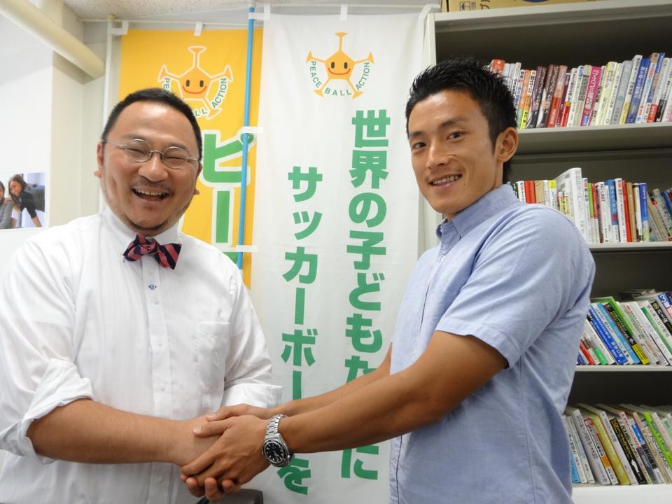 世界中にボールを届ける林恒宏准教授(左)と樋口さん