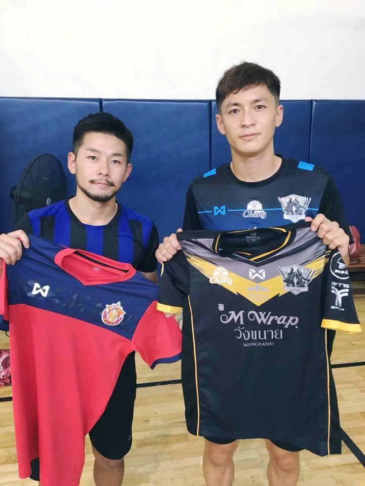 タイリーグで活躍する日本人選手もピース・ボール・アクション・タイランドに協力する。ジャージを寄付する小笠原侑生選手(左)と村上一樹選手(右)